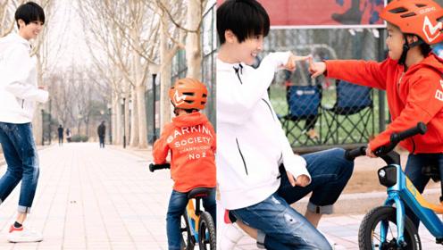 谢楠细心指导儿子骑平衡车 一身休闲装扮活力舒适