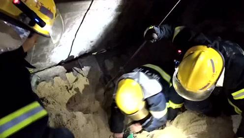 满载沙子的半挂车与摩托车相撞 连云港消防员挖沙救出一女子