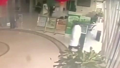 真正的飞来横祸成都一银行大厅玻璃门突然倒下,砸中行人