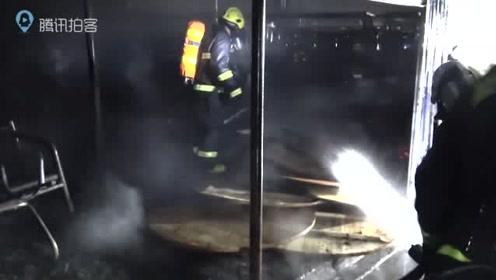 来宾一市场铺面起火消防快速处置无人员伤亡