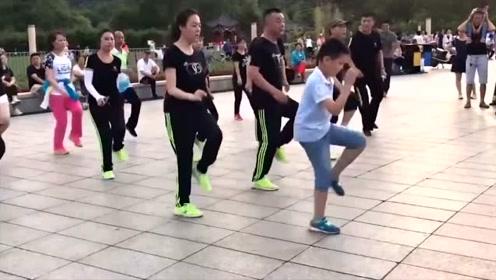 男孩领队跳鬼步舞,这舞步,可比后面的人跳得好多了!