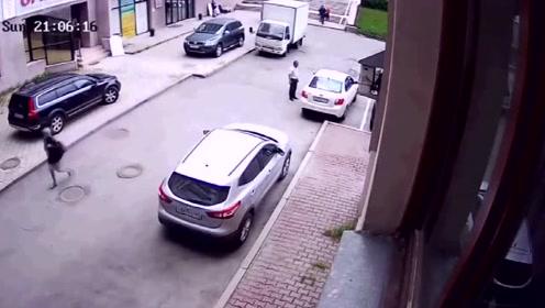 女司机倒车横冲直撞,幸亏最后有小伙出手,才制止了这场悲剧