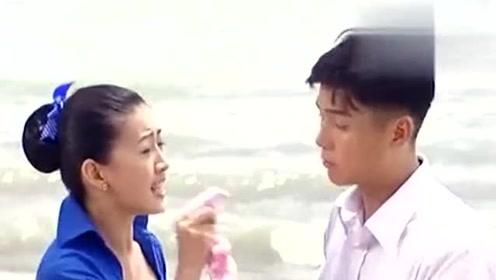 珍珠看到陈锡跟妹妹聊的很开心,气就不打一处来,居然摔在沙滩上!