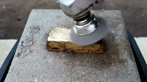 小伙把200多颗废弃的子弹壳融化后,做成了一块铜锭,太有创意了