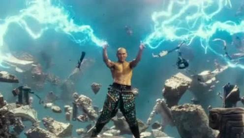 雷震子启动异能,瞬间山石崩塌,光明之剑马上浮现在眼前