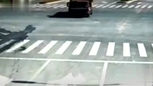 心理素质太强大,车被压成废铁,继续淡定过马路