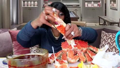 吃蟹阿姨这次吃播弄了很多的海鲜,一看就下血本了!