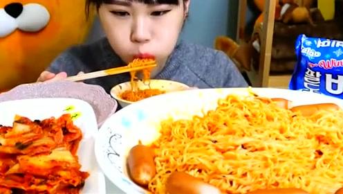 韩国吃播卡妹小姐姐吃限定烤肠拌面,看得我直吞口水!