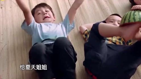 萌娃用脚接力西瓜皮,没想到到轩轩那却碎了,胖轩的腿太厉害了!