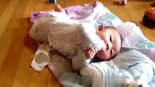 2个月小宝宝翻身翻不过来,接下来小家伙的反应,爸妈乐坏了