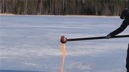男子将800℃的熔盐倒入冰面,下一秒撒腿就跑,看完后背发凉