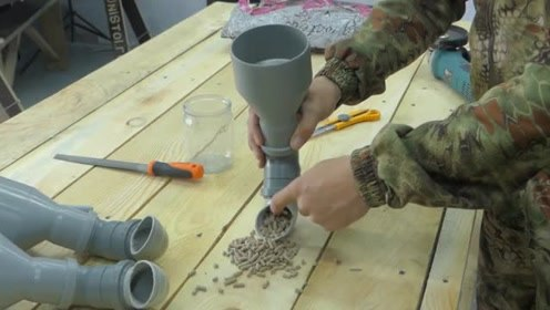 牛人用塑料弯头制作成了喂兔子饲料的工具,实用吗?