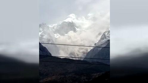 云南玉龙雪山疑似山体崩塌 瞬间倾泻场面震撼