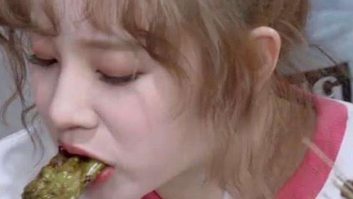 同样是吃烤串,宋雨琦不顾形象吃货人设上线,对比杨颖差距明显