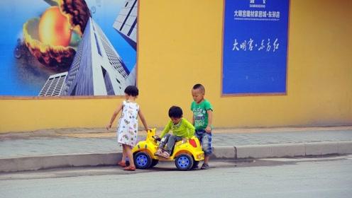 行车路上,一婴儿在公路中间爬行,无人看管,网友:父母在哪里