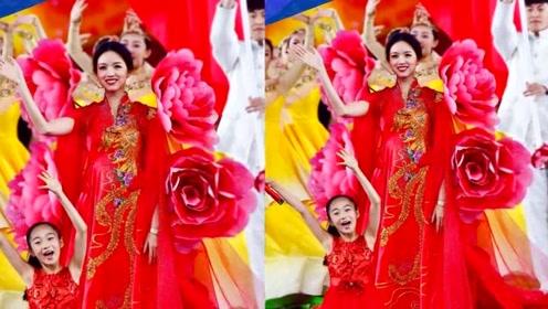 张梓琳一身牡丹中国红尽显优雅,气质雍容好似一朵人间富贵花