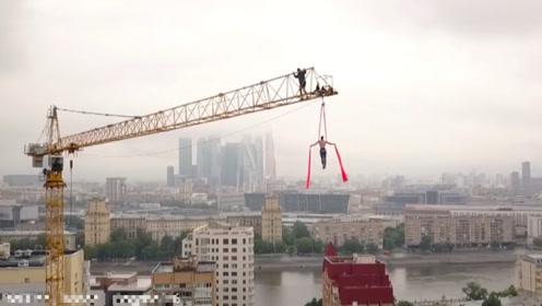 为当网红不要命 塔吊司机百米高空表演拿手绝活