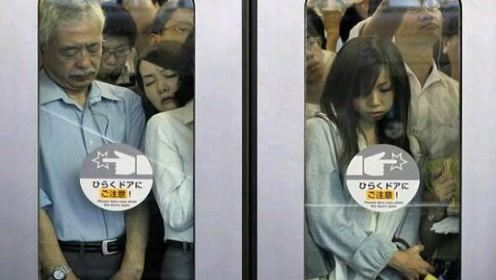 日本地铁是女性的噩梦?外国美女高峰期一试,结果让人心疼3秒钟