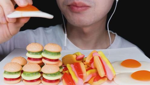 小哥吃超流行糖果,汉堡热狗和煎蛋,有你喜欢的吗?