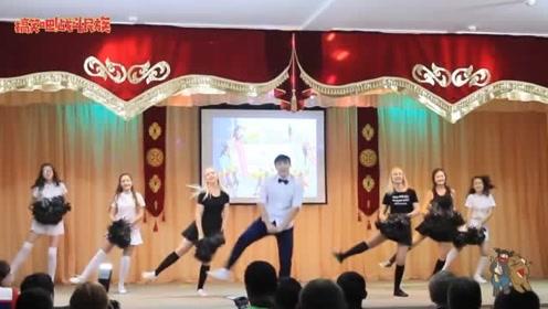 中俄学生联合汇演 中国男孩一上场 俄罗斯女生掌声不断