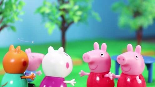 小猪佩奇碰了公园里的桌子后变成两个啦 怎么回事呢 玩具故事