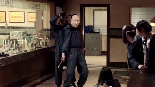 三小伙给火锅店装修,意外挖到通向银行金库的密道,个个缺没胆拿