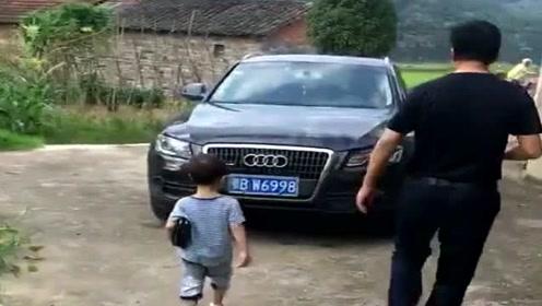 爷爷一来,三岁的孙子就成了小老板,这架势一看就是亲孙子!