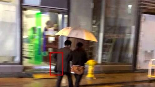 郭晶晶夫妇街头被偶遇同撑一把伞 霍启刚的这个动作太虐狗