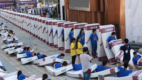 世界最大人体床垫多米诺骨牌 共计1200人参与