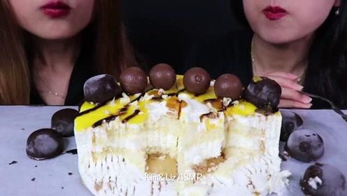 两美女吃巧克力黄桃蛋糕,细腻柔软的奶油和香醇巧克力,绝配
