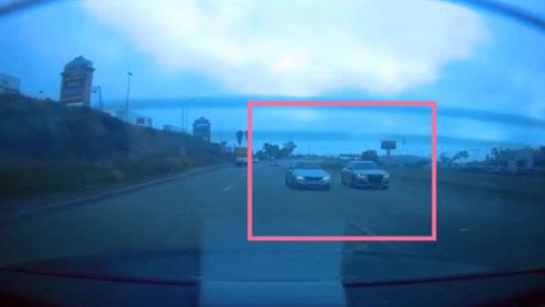宝马和奥迪,同时100迈速度超车,车子瞬间成废铁,任性的下场