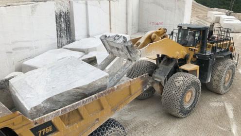 采石场实拍,翻斗车也只能装一块石头,很难想象古代是怎么运输的