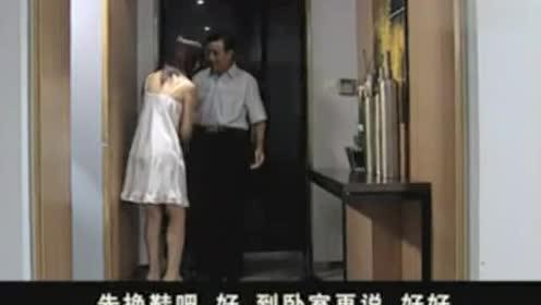 小伙一进屋和吊带美女紧紧拥抱,看他着急的样,连鞋都没换