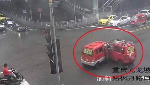 """重庆街头两辆三轮车相撞 上演现实版""""对对碰"""""""