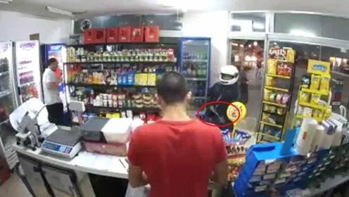 男子持枪进店抢劫 却开枪误射自己大腿死亡