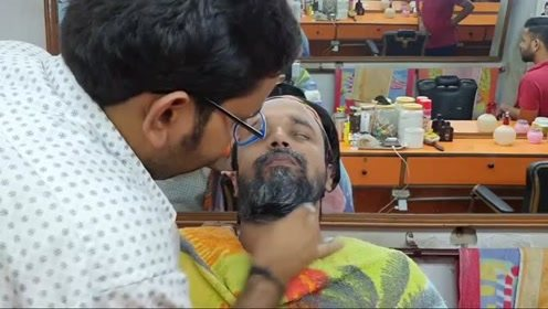 印度理发店特色服务:自带美白效果的糊脸式按摩,小哥都快眯着了