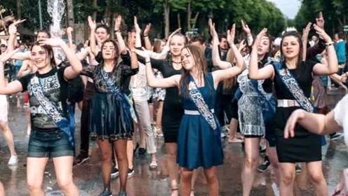 """战斗民族女孩穿盛装如此庆祝""""成人礼"""",网友:这方式我们可不敢"""