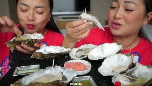 外国吃播两姐妹一起吃生蚝,超大超鲜嫩,蘸点酱汁味道美美哒