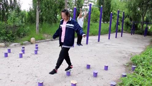 小伙去运动广场锻炼,看见一位姑娘在走梅花桩,结局真是太逗了