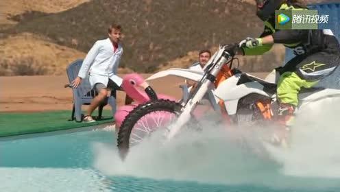 摩托车女骑手骑过水面,要不是视频,没谁相信
