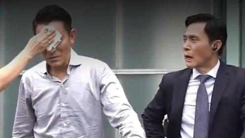 太敬业!刘德华拍戏片场教演员拿枪,被门撞脸仍坚持拍摄