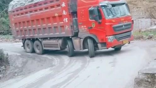 重量级货车下坡,闲杂小货车赶紧退让!