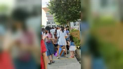 学姐们毕业了,都在学校里摆摊出售个人物品,不知道能不能淘到宝