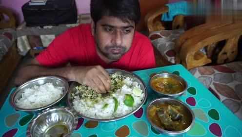 印度小哥吃手抓饭,鱼块+小米辣+柠檬,小哥直接用手抓,吃的真香