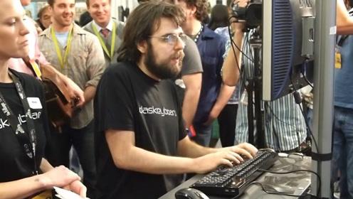 """男子被称为""""键盘侠"""",1分钟敲807次键,在现场也看不清手速"""
