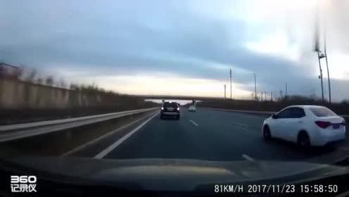 人在做,天在看,这辆车故意危险驾驶,一路上专门别车