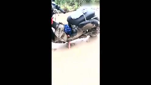 女朋友骑着摩托车摔倒了,看到她之后我有点想笑
