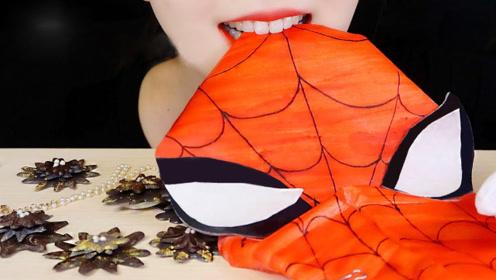 美女吃创意米纸,加入色素后能以假乱真,网友:项链是亮点!