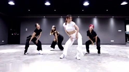 高颜值白皙长腿小姐姐的舞蹈节奏感超强,一瞬间喜欢上你了!