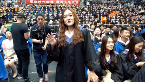 毕业典礼上突然响起《起风了》的音乐,接下来的这一幕感动全场!